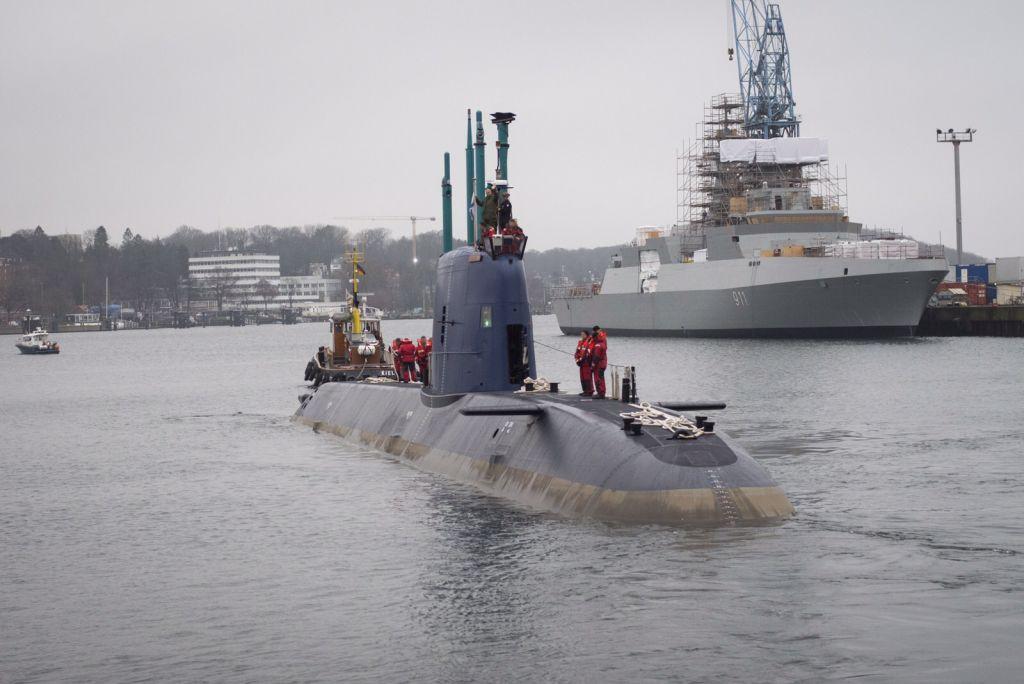 L'INS Rahav, classe Dolphin du constructeur allemand ThyssenKrupp, en partance du port allemand de Kiel vers Haïfa, le 17 décembre 2015
