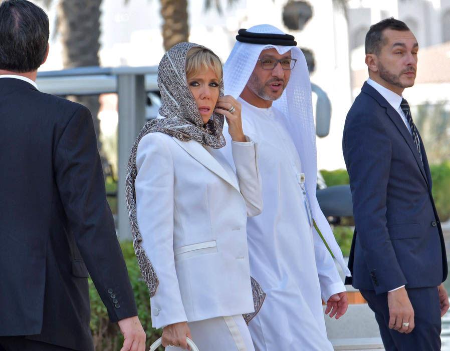 Brigitte Macron porte un foulard signé Mehdi Qotbi à la